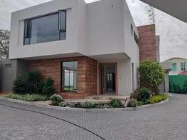 No Adosada Moderna Casa en venta  Nueva Amplio Jardin de 3 Dorm.