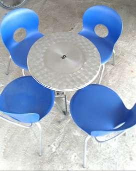 Se venden juegos de mesa y sillas en acero inoxidable, ideal para negocio