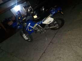 Moto kawasaki modelo 2004, color azul, está en muy buen estado.