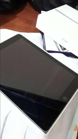 iPad (6th Generation) Wi-Fi  de 32 Gb con su keyboard(teclado)