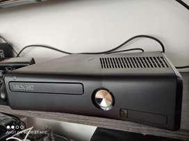 Vendo Xbox 360 Slim + 2 controles + Kinect.