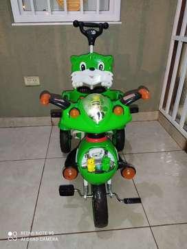 Vendo Triciclo con manija direccional, capota desmontable. Para niño/a de 18 meses a 4 años. Buen estado.