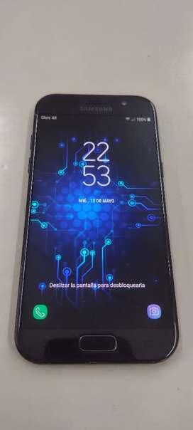 Permuto Samsung A5 2017 libre de fabrica pantalla impecable solo astillado la tapa traceca a no afecta en su función
