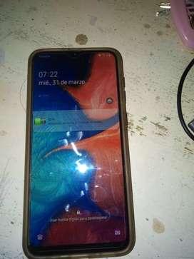 A20 libre pantalla 6.4 tiene cargador la pantalla está astillada  en un costado pero no afecta en su función