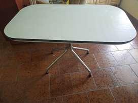 Mesa de fórmica blanca con pie cromado. Vintage