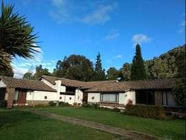 Habitación amoblada en espectacular casa campestre, baño privado, parqueadero, todos los servicios, se aceptan mascotas.