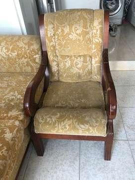 Mueble y asientos tipo coloniales en madera