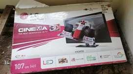 Televisor 3D led con display dañado, con caja en perfecto estado