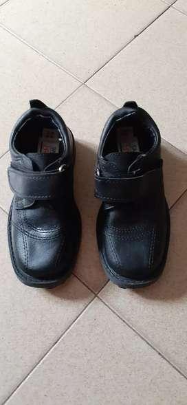 Zapatos negros escolares nuevos 27