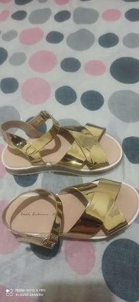 Sandalias niña marca Zara