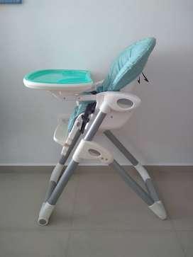 Silla comedor infantil Joie, dos bandejas adicionales, silla graduable y de fácil limpieza, excelente estado, poco usó.