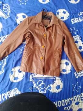 Exelente chaqueta de cuero en perfecto estado
