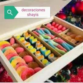 Cajas decoradas con deliciosos chocolates y gomitas