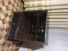 mesa de tv, con dos puertas de vidrio y un estante interior, amplio cajon inferior