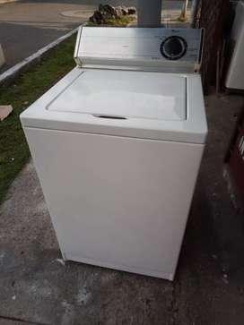Lavadora Whirlpool americana de 22 libras buen estado full de funcionamiento con todas sus mangueras