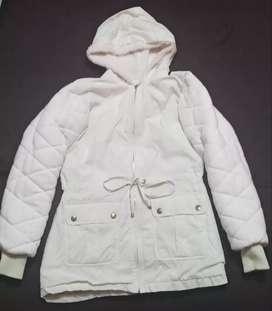 Hermosa chaqueta casi nueva en exelente estado, mujer talla S color crema