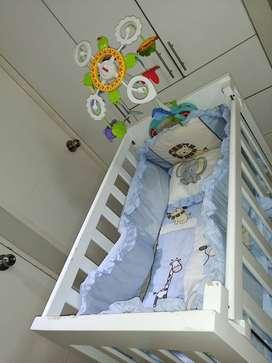 Cuna blanca regulable P/recién nacido equipada con pintura dañada (colchón, sábanas, sobrecama, carrusel FisherPrice)