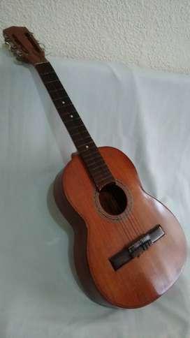 Guitarra acustica para niños en cedro usada buen estado.