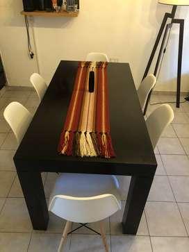 Mesa laqueada y sillas emes poco uso