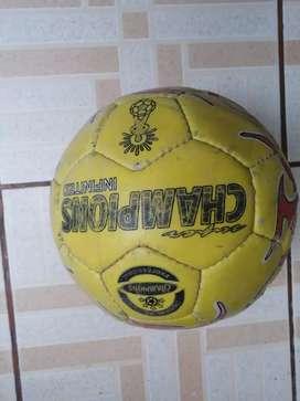 Balón de fútbol desinflado