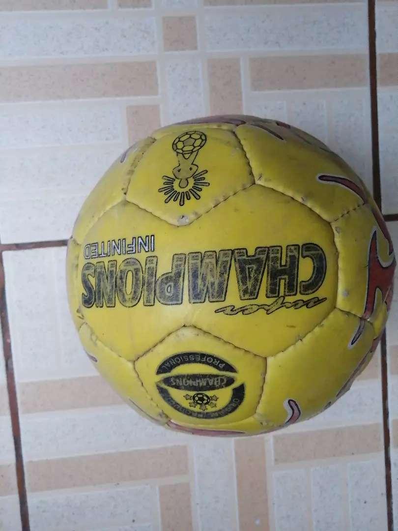 Balón de fútbol desinflado 0