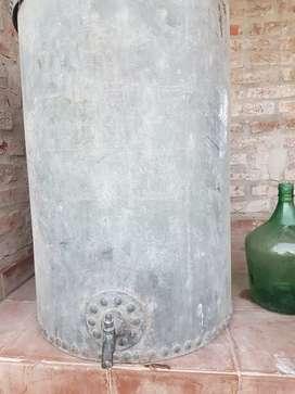 Tanque de agua de hierro antiguo