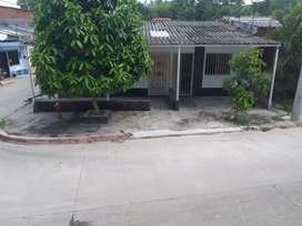 Vendo casa esquinera. En la calle principal del barrio Las Américas.