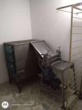 Vendo horno,cilindradora,mesa y pedestal para panadería