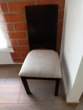 2 sillas de madera y cojín beige