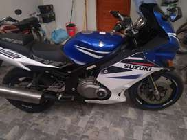 Se vende moto Suzuki