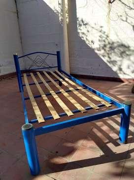 Cama de caño azul