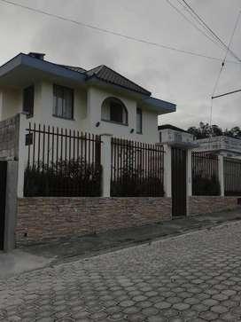 SE VENDE HERMOSA VIVIENDA UNIFAMILIAR DE 195 m2  DE CONSTRUCCIÓN EN TERRENO DE 460 m2, UBICADA EN URBANIZACIÓN  PRIVADA