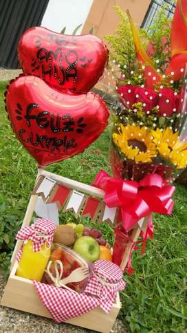 Canasta con frutas y flores