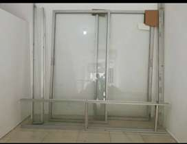 Puerta de vidrio con marco en aluminio