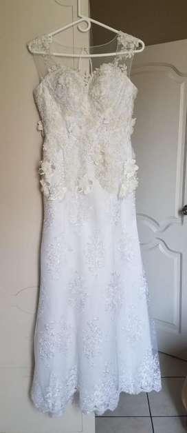 Vestido de novia y zapatos de novia