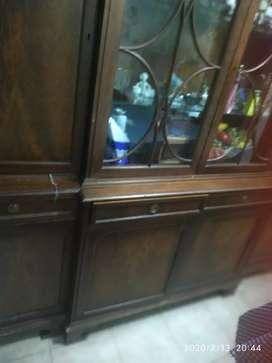 Mueble antiguo con vitrina cajones tapizados en pana , cuatro puertas chicas dos grandes centrales
