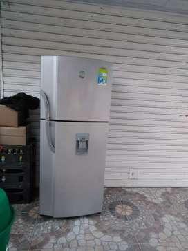 Se vende nevera convencional 2 puertas con dispensador de agua