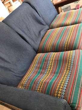 Sillones modulares uno con apoya brazo tapizados en jean y aguayo