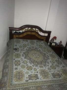 Camas, colchón, mesa de noche, mesa de tv.