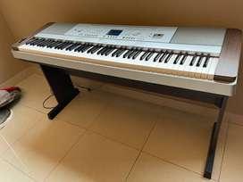 Teclado Grand Piano Yamaha DGX-640 + Mueble + Fuente