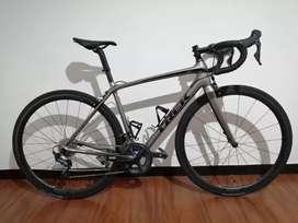 Bicicleta de ruta TREK EMONDA SL6 con ruedas en Carbono