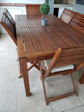 Mesa con seis sillas y almohadones