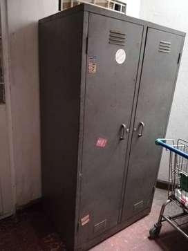Estante metálico con puertas