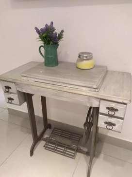 Mesa de coser antigua restaurada