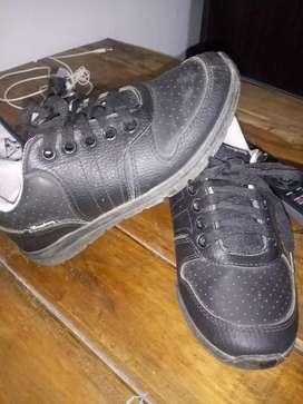 Zapatillas negras. Talle 30