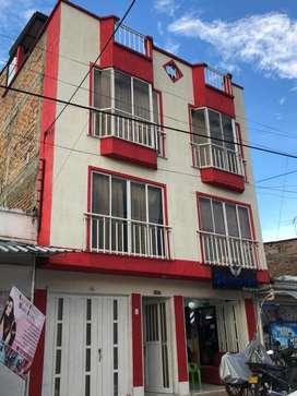 Se vende casa de 4 pisos en un sector muy comercial en el barrio la esmeralda