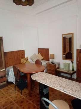 Habitación con baño privado y heladera