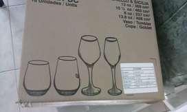 Se vende juego de vasos y copas