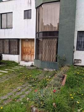 CASA DE VENTA EN EL CENTRO DE TULCÁN,CONJUNTO RESIDENCIAL PRIVADO: 4 HABITACIONES, ESTUDIO,3 BAÑOS, 2 PARQUEADEROS.