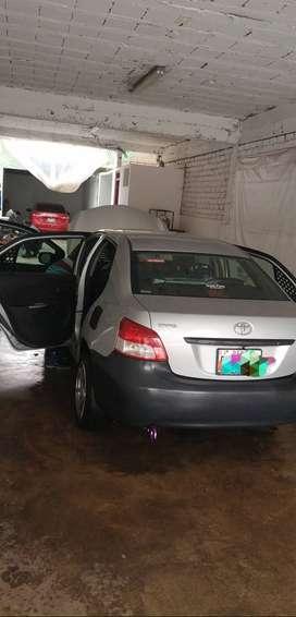 Se vende Toyota Yaris del año 2012 del motor 1300